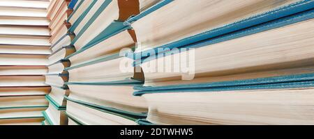 La pile de livres diminue la vue en perspective grand angle extrême.