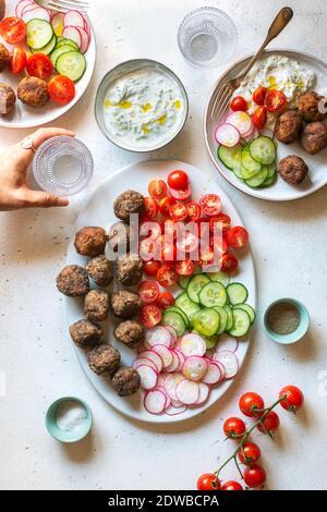 Boulettes de viande végétariennes avec sauce tzatziki et légumes sur l'assiette