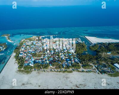 Maldives, atoll de Kaafu, vue aérienne du village sur l'île de Huraa