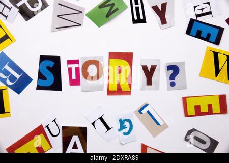 Un mot l'écriture de texte montrant concept d'histoire faite de différents magazine journal lettre pour l'analyse de rentabilisation sur le fond blanc avec l'espace