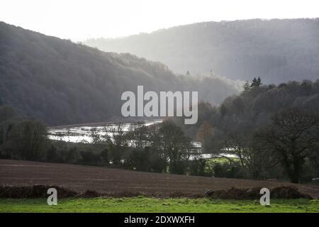 La rivière Wye explose sa rive en inondant la nuit le long de la vallée de Wye, au pays de Galles. Les niveaux des rivières peuvent encore augmenter.