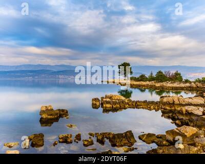 Croatie longue exposition mer calme surface calme près de Klimno on Krk Island longue exposition reflétant une surface calme et lisse