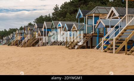 La plage et les cabanes de plage dans la région de Wells-next-the-Sea, Norfolk, England, UK