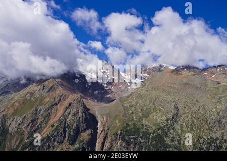 Une montagne enneigée entourée de nuages dans les Alpes italiennes (Trentin, Italie, Europe)