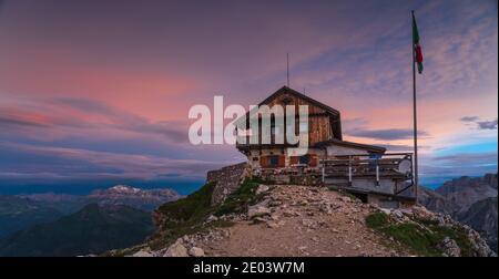 Rifugio Hut Nuvolau dans les Dolomites italiens au lever du soleil
