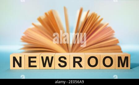 Cubes en bois avec l'abréviation SALLE DE PRESSE sur le fond d'un livre ouvert.