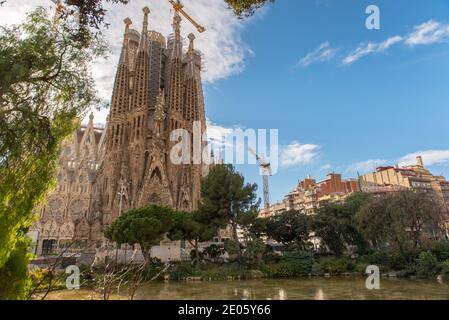 Barcelone, Espagne: Décembre 30 2020: Basilique et église d'Expiatoire de la Sainte famille, connue sous le nom de Sagrada Familia au coucher du soleil à l'heure de COVID.