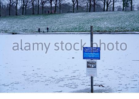 Édimbourg, Écosse, Royaume-Uni. 31 décembre 2020. Neige épaisse du matin dans le parc Inverleith avec l'étang de canard gelé solide avec de la glace. Crédit : Craig Brown/Alay Live News