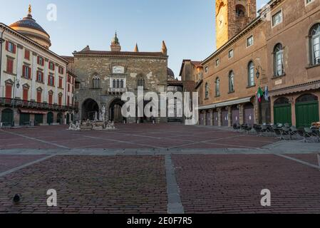Panorama de la Piazza Vecchia avec la fontaine Contarini et en arrière-plan le Palazzo della Ragione sur la Piazza Vecchia à Bergame Alta, Italie