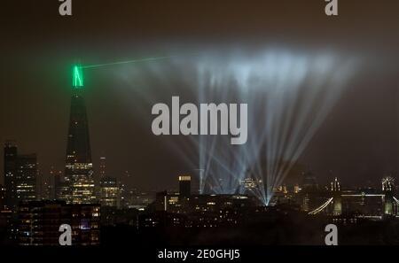 Saint-Sylvestre : un éclairage grandiose et spectaculaire s'affiche au-dessus de la ville et du gratte-ciel de Shard. Londres, Royaume-Uni.