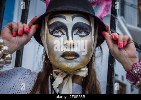 Londres, Royaume-Uni. 2 janvier 2021. Les modèles prennent part à un spectacle de mode coloré de rue tormode près de Sloane Square pour le designer Pierre Garroudi. Credit: Guy Corbishley / Alamy Live News