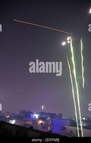 Feux d'artifice du ciel ciel ciel incroyable pendant la fête religieuse indienne de Diwali / Depawali à New Delhi, Inde
