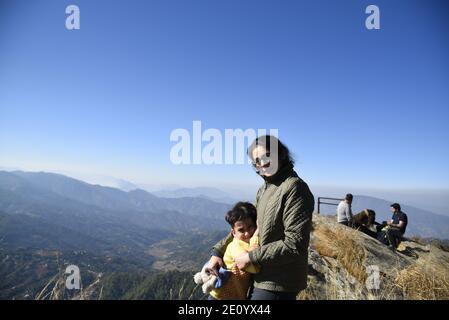 Vue panoramique sur la montagne de l'Himalaya depuis le temple Hindou Lord Shiva Mukteshwar situé dans le district de Nainital, dans l'État d'Uttarakhand.