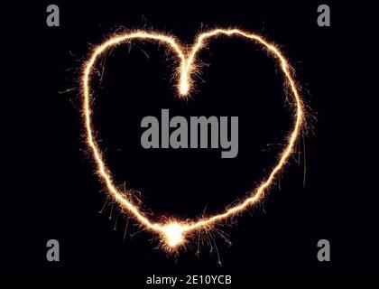 Cœur de Sparkler fait de feux d'artifice. Bon élément de design pour mariage romantique, la Saint-Valentin ou le concept d'amour