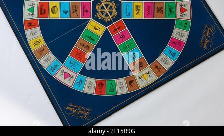 Orlando, FL USA - 12 février 2020: Trivial Pursuit jeu configuré pour jouer qui est un jeu de plateau où la victoire est déterminée par la capacité d'un joueur à un