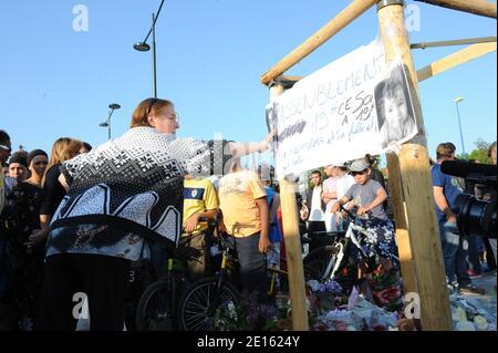 Photo de l'droit prevent a Chelles, Seine et Marne, France le 18 avril 2011 avant la marche silencieuse organisee devant l'emplacement de l'abri de bus ou un automiliste a periliste le 16 avril des gens et la mort de trois personnes, dont Alexandra cute, 28 ans, et sa fille Chaina, 2 ans, et l'oncle de l'enfant qui attend. Le chauffeur, un homme de 44 ans, et en etat d'ébriete au moment des faits et conduite sans permis. Photo Mousse/ABACAPRESS.COM