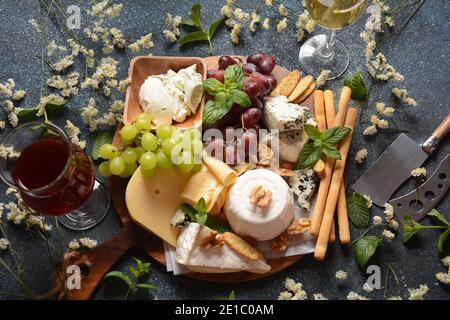 Plateau de fromages avec assortiment de fromages, raisins, noix et en-cas. Entrée au fromage français et italien. Concept traditionnel Shavuot Jewish Holiday Food