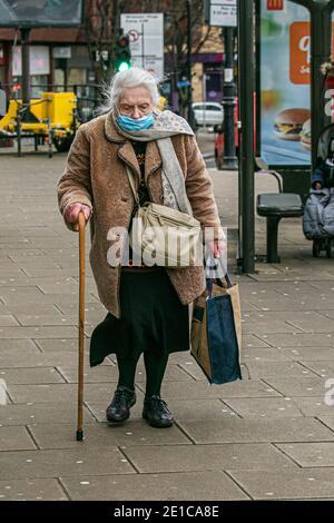 WIMBLEDON LONDRES, ROYAUME-UNI 6 JANVIER 2021. Un vieux client piéton dans le centre-ville de Wimbledon. Selon un rapport publié aujourd'hui par l'Office of National Statistics (ONS) qui a montré qu'entre le 27 décembre et le 2 janvier, environ 1 sur 50 personnes dans les ménages privés en Angleterre avait Covid-19. L'Angleterre a commencé un troisième confinement à l'échelle nationale alors que le Premier ministre Boris Johnson prévoit d'administrer 2 millions de vaccins contre le coronavirus par semaine, afin de tenter de relater la pression exercée sur le NHS National Health Service, qui est submergé par une augmentation rapide des infections à Covid-19. Crédit: amer