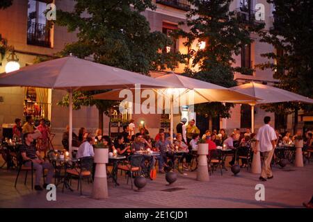 Restaurant extérieur dans la lumière du soir sur la Plaza de Oriente Madrid. Banque D'Images