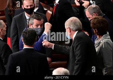 LE sénateur AMÉRICAIN Ted Cruz, républicain du Texas, porte un masque protecteur tout en faisant la gestuelle lors d'une session conjointe du Congrès pour certifier les résultats des élections de 2020 à Capitol Hill à Washington, DC, le 6 janvier 2021. Erin Scott/Pool via REUTERS