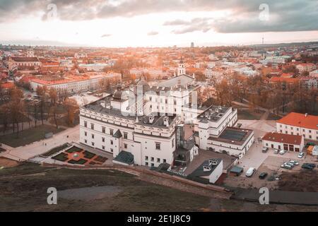 Vue surélevée du Palais des Grands Ducs de Lituanie À Vilnius par coucher de soleil