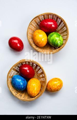 œufs colorés dans des couleurs joyeuses originaly tradition pour pâques