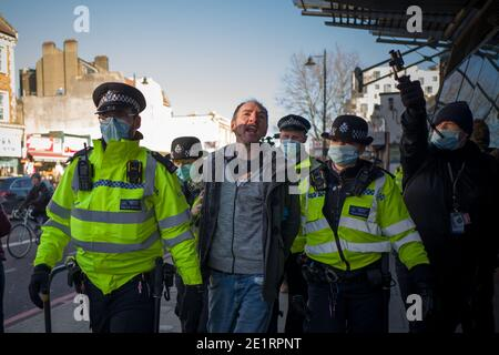 Londres, Royaume-Uni. 9 janvier 2021. L'homme a été arrêté et emmené dans une camionnette de police à Clapham Common Credit: Velar Grant/ZUMA Wire/Alamy Live News