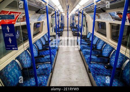 Londres, Royaume-Uni. 9 janvier 2021. Le métro est calme aujourd'hui dans le nouveau lockdown national, rester à la maison, instructions. La plupart des voyageurs portent des maskscar ils sont déjà obligatoires. Crédit : Guy Bell/Alay Live News