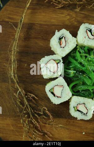 Divers types de sushis servis, vue rapprochée