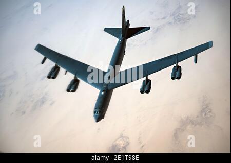 Arabie Saoudite, Arabie Saoudite. 07 janvier 2021. Un bombardier stratégique B-52 de la Force aérienne des États-Unis StratoFortress survole l'espace aérien saoudien le 7 janvier 2021 en Arabie Saoudite. Le bombardier et l'escorte sont des missions de démonstration de force en tant que message à l'Iran. Credit: Planetpix/Alamy Live News