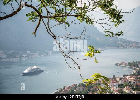 La magnifique baie de Kotor est visible depuis l'ancien sentier sinueux qui mène dans les montagnes derrière la vieille ville forteresse.