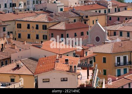Village de Portoferraio avec le sommet de la Nativité de la Bienheureuse église de la Vierge Marie se tenant parmi les maisons, île d'Elbe, Toscane, Italie