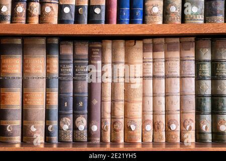 Livres anciens dans la bibliothèque antique et abandonnée Banque D'Images