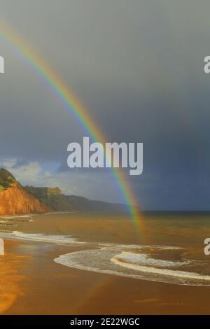 Arc-en-ciel au-dessus de la plage de sable à Sidmouth, Devon sur la côte jurassique