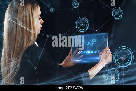 Concept commercial, technologique, Internet et réseau. Jeune homme d'affaires travaillant sur un écran virtuel de l'avenir et voit l'inscription: Copyright