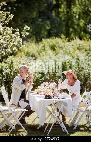 Couple repas dans le jardin