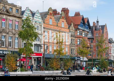 L'imposante Nottingham Council House se situe au-dessus du centre-ville de Nottingham, en toile de fond de la place du Vieux marché de Nottingham.