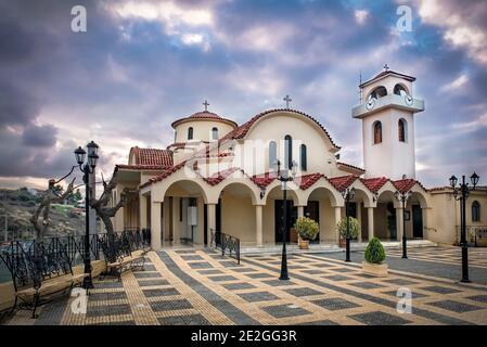 Vue extérieure de l'église chrétienne orthodoxe Analipseos Sotiros à Rafina Ville en Grèce