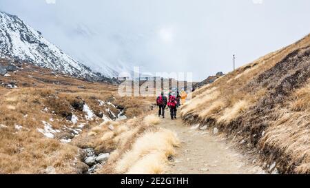 Annapurna, Népal - 09 novembre 2018 : les touristes se rendant au camp de base d'Annapurna, Himalaya, Népal.
