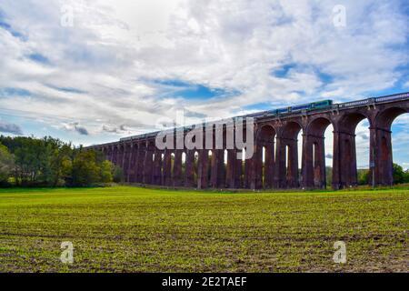 Prenez un train sur un pont ferroviaire dans la campagne du Royaume-Uni
