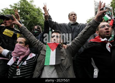 Les gendarmes anti-émeutes français font face à des manifestants à Paris, en France, le 31 mai 2010, lors d'une manifestation contre le raid meurtrier d'Israël sur une flottille d'aide à destination de la bande de Gaza. Photo par Stephane Lemouton/ABACAPRESS.COM