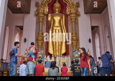 Statue de Bouddha représentant le Bouddha avec le mudra (geste) abhaya (peur), à Phra Pathum Chedi, un grand stupa bouddhiste à Nakhon Pathom, Thaïlande