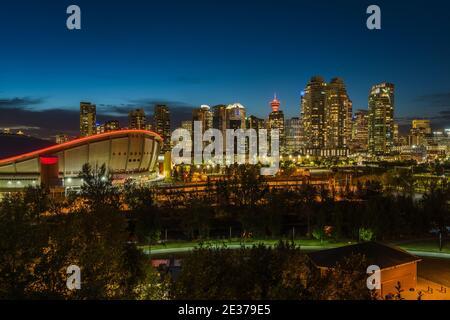 Calgary, Alberta, Canada, vue panoramique du centre-ville de Calgary montrant des immeubles en hauteur dans le quartier financier la nuit.