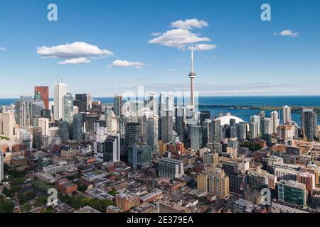 Toronto, Ontario, Canada, vue aérienne du paysage urbain de Toronto, y compris le monument architectural de la Tour CN et les édifices modernes du quartier financier.
