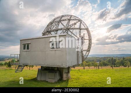 Parabole satellite dans un paysage d'été, radiotelescope pour la recherche spatiale profonde. Observatoire d'Ondrejov, République tchèque.