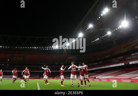 Bukayo Saka d'Arsenal (2e à droite) célèbre avec ses copains tema devant des stands vides après avoir inscrit le deuxième but de son côté lors du match de la Premier League au stade Emirates, Londres. Date de la photo: Lundi 18 janvier 2021.