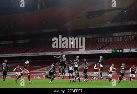 Le Willian d'Arsenal (2e à gauche) prend un coup de pied libre devant un stand vide lors du match de la Premier League au stade Emirates, Londres. Date de la photo: Lundi 18 janvier 2021.