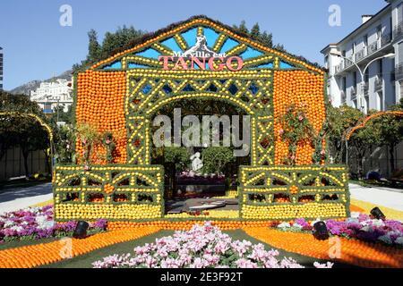 Le 76e Festival du citron (tête du citron) aux jardins de Bioves, à Menton, France, le 16 février 2009. Titre de Menton en tant que capitale du citron de la France. Les sculptures faites d'agrumes, des parades peuplés de citrons et d'oranges fabriquées en floa gracieux
