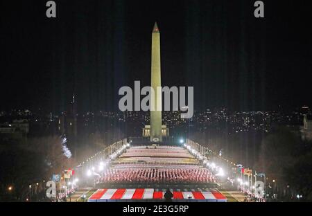 Les projecteurs éclairent le ciel depuis le « champ des drapeaux » du National Mall en l'honneur de l'inauguration prochaine du président élu des États-Unis, Joe Biden, à Washington, États-Unis, le 18 janvier 2021. REUTERS/Jim Bourg