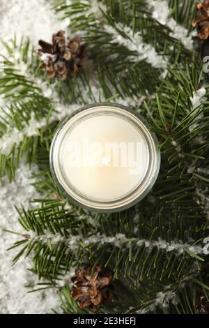Bougie parfumée, branches de pin et neige, vue sur le dessus Banque D'Images